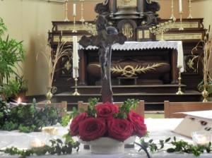 Crucifix posé sur l'autel